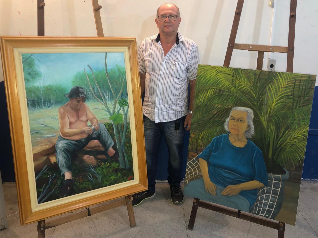 Legenda: O artista Joelson Marinho Lins e as suas duas obras em homenagem aos seus pais. Foto: Nielson Santos